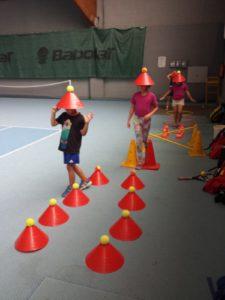Kids machen Koordinationstraining in der Tennishalle